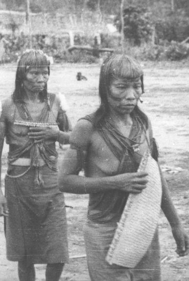 Deux femmes en costume de fête