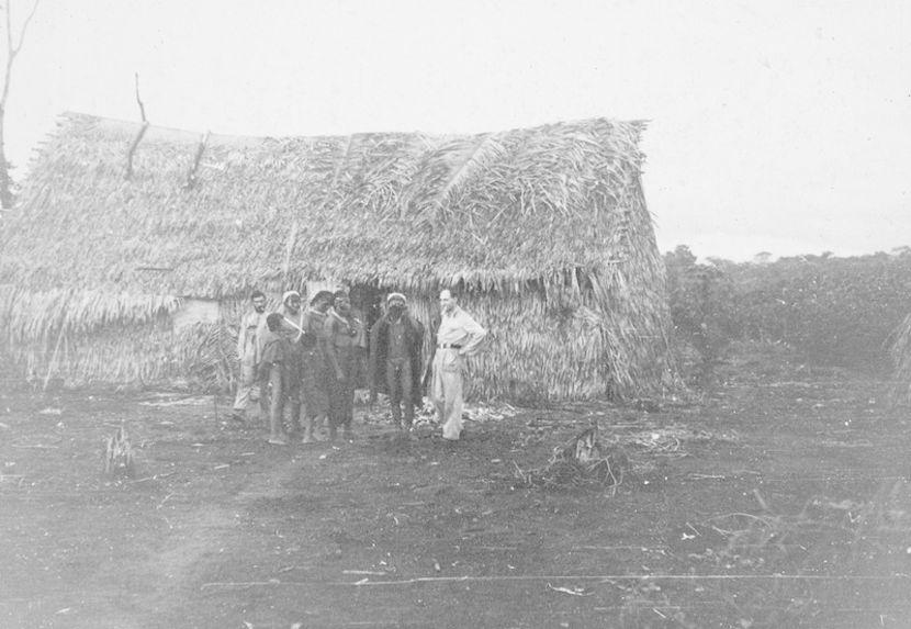 Un groupe devant une maison