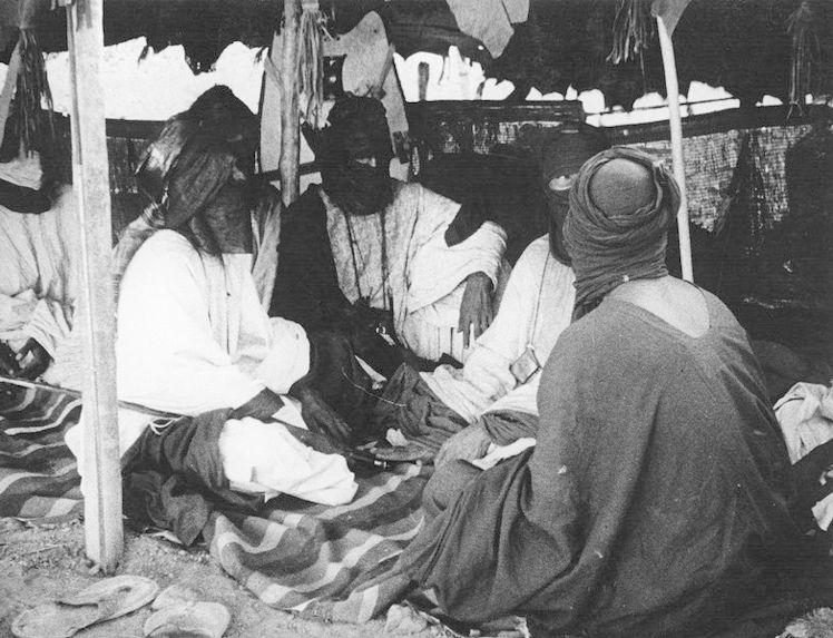 Réunion sous la tente de Touaregs du Hoggar