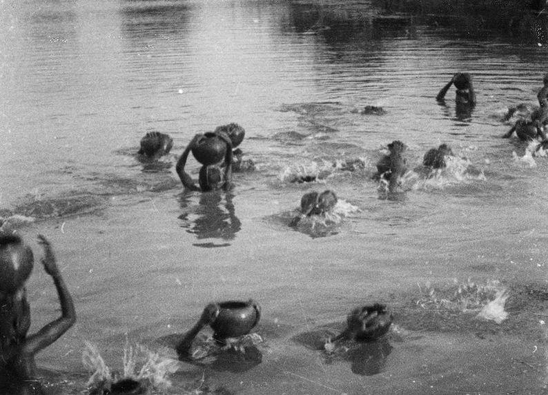 Femmes remplissant leurs jarres dans le Chari