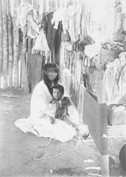 Femme Paressi tissant ses filets