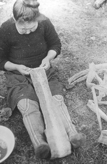 Femme eskimo préparant des intestins