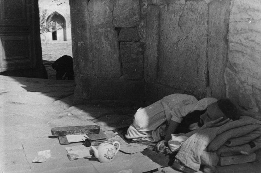 L'écrivain public dort en attendant un client