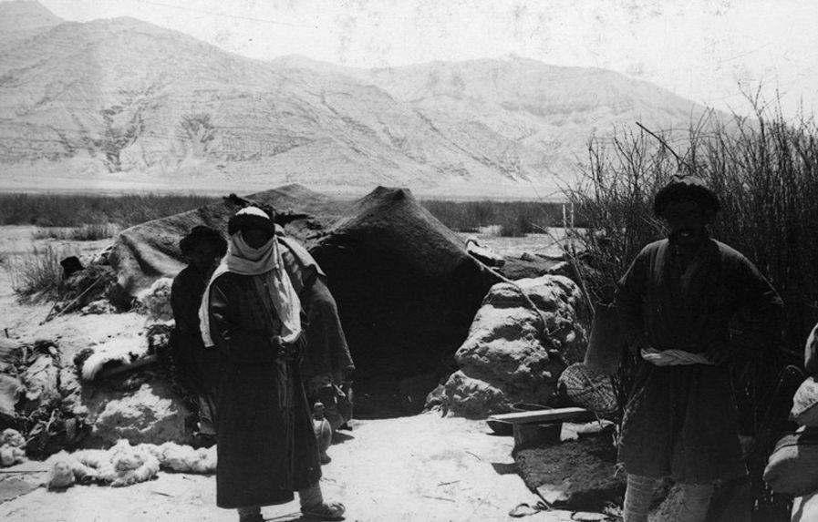 Pasteurs turkis devant leur habitation