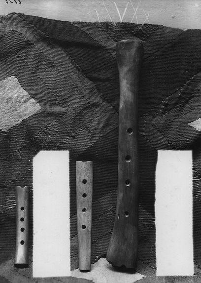 Flûte verticale ou Kena. Os gravé.