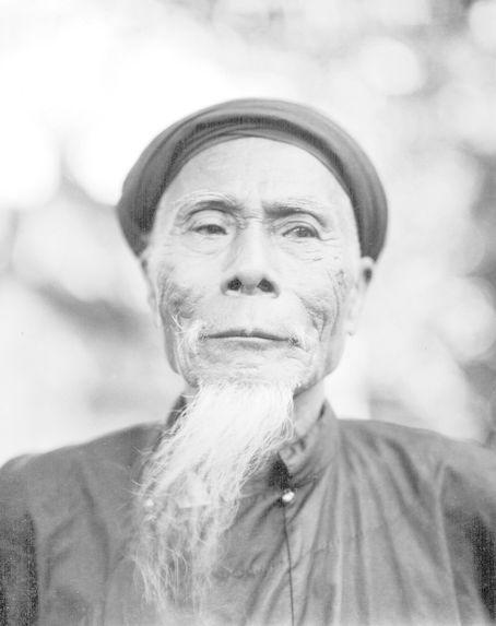Vieillard gardien à la pagode