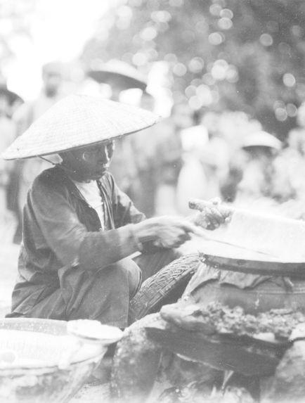 """Femme préparant une crêpe """"banh trang&quot"""