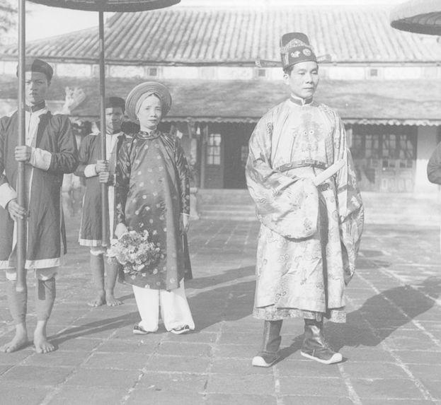 Mandarin annamite accompagné de sa femme