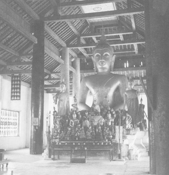 Statue de bouddha et autel de pagode