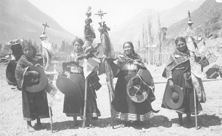 Instruments religieux portés par des indiennes