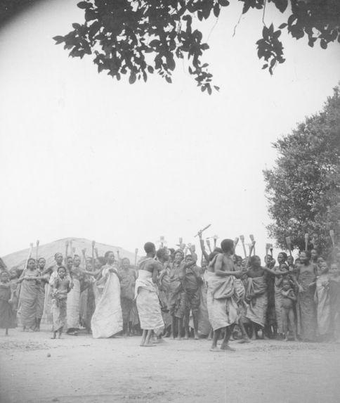 Danse des femmes pour les funérailles d'un chef