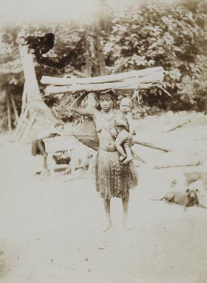 Femme papou revenant des champs