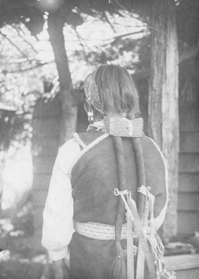 Jeune femme montrant ses ornements
