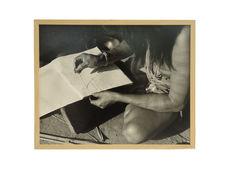Sans titre [Femme reproduisant des peintures corporelles sur une feuille de...