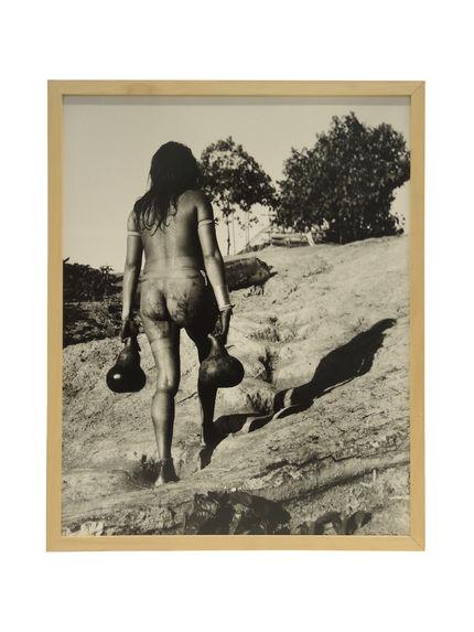 Sans titre [jeune femme transportant des calebasses remplies d'eau]