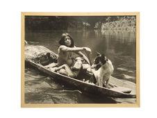 Sans titre [Portrait d'une femme, son enfant et un chien dans un pirogue]