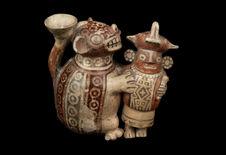 Vase représentant un guerrier et un félin