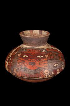 Vase décoré de démons et de têtes-trophées