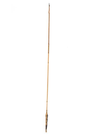 Flèche à cran latéral