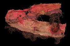 Fragment de tissu rouge et pourpre