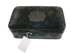 Boîte en velours vert qui contenait les objets 71.1960.80.88 et 71.1986.9.10