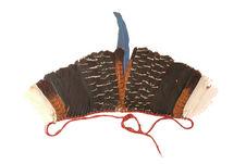 Ornement de plumes pour mettre autour d'une couronne de paille tissée et cousue