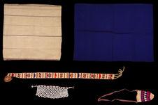 Costume de femme : jupe drapée, ceinture, châle, sac, collier