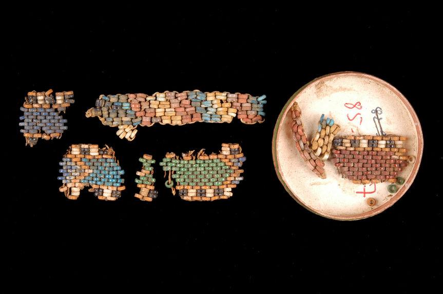 Fragments de résille de momie en perles