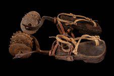 Sistres sur éperons et sandales