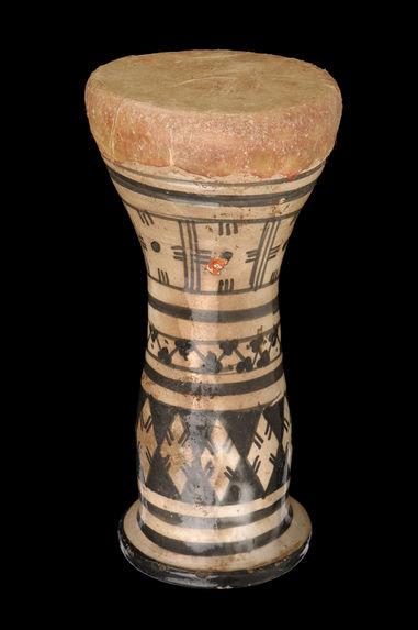 Tambour sur poterie en calice