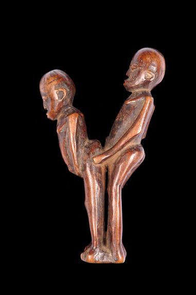 Figurines d'homme et femme accouplés