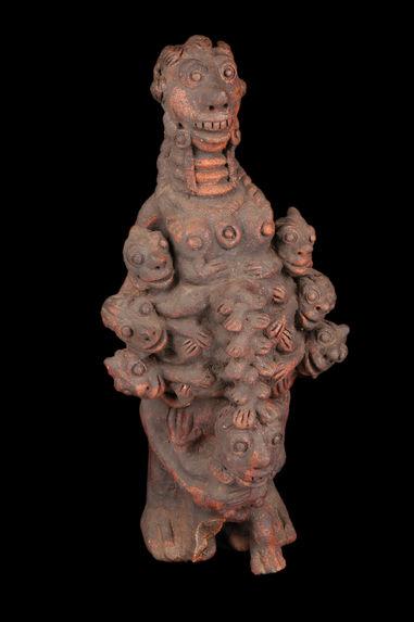 Sculpture mi-femme mi-monstre