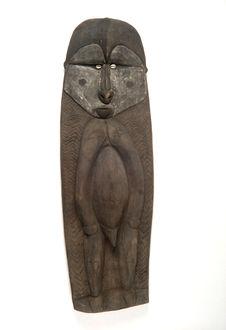 Planche sculptée d'une figure anthropomorphe