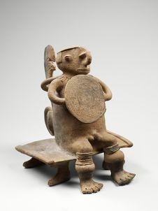 Statuette de guerrier assis sur un banc