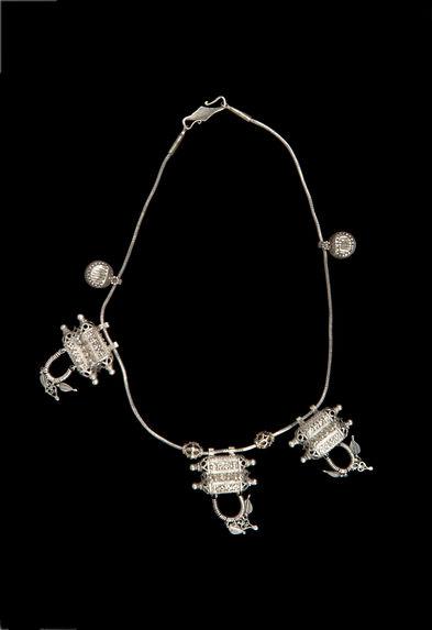 Collier à amulettes