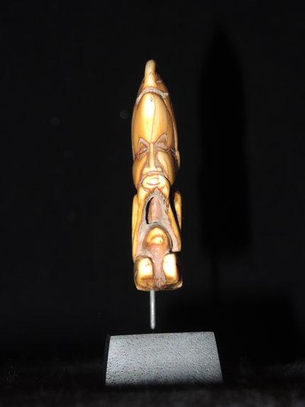 Pendentif : figurine féminine