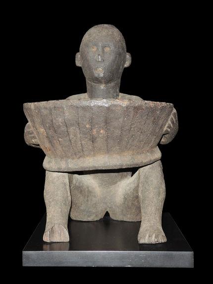 Sculpture masculine assise tenant une coupe