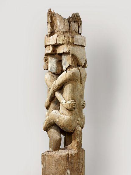 Poteau de maison cérémonielle ou d'abri sacré