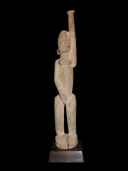 Statuette au bras levé