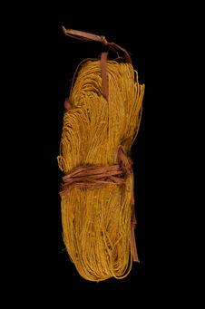Metier à tisser : écheveau de fils jaunes