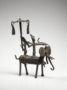 Statuette de couple de divinités locales sur un éléphant