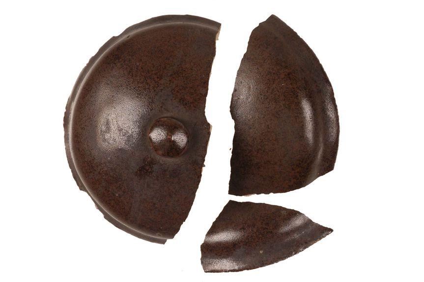 Couvercle en poterie brune