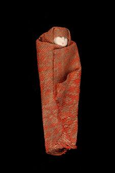 Petite poupée en tissu rouge et écru