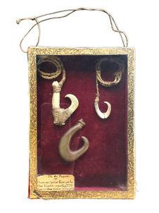 boite contenant trois hameçons