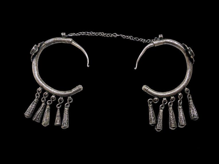 Parure de femme : anneaux d'oreilles