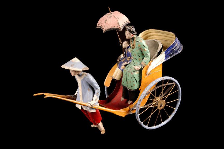 Jouet représentant une femme en pousse-pousse