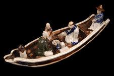 Figurine représentant des personnages dans une barque