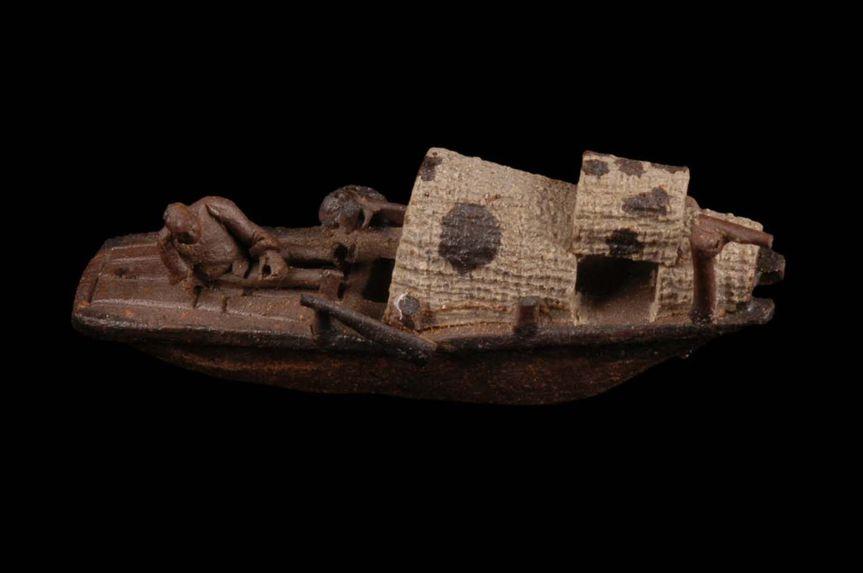 Figurine représentant un personnage dans une embarcation