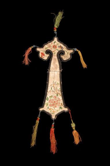 Petit textile ornemental, insigne de spécialiste rituel