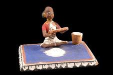 Jouet figurant une femme tamisant de la farine